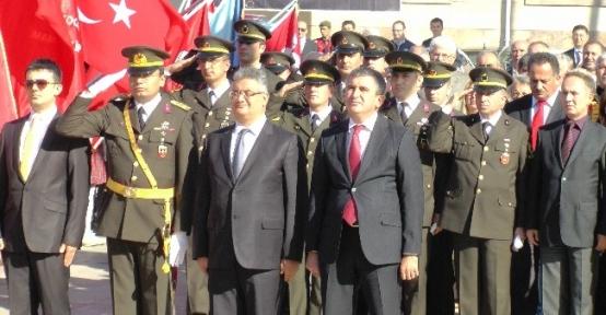 Akçakoca'da Cumhuriyet Bayramı Çelenk Sunumu Törenle Yapıldı