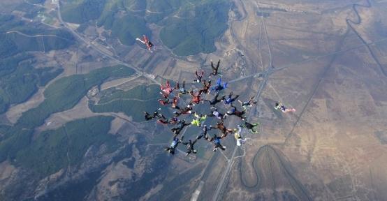 Amatör Paraşütçüler Rekor Atlayışı Gerçekleştirdi