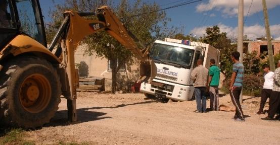 Belediyenin Aracı Kendi Kazdıkları Çukura Düştü