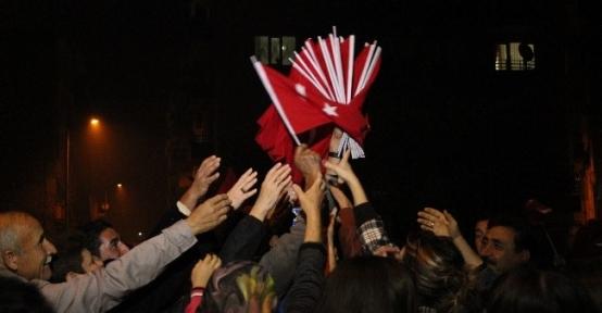 Cumhuriyet, Lapseki Belediyesinin Dağıttığı Bayraklarla Kutlandı