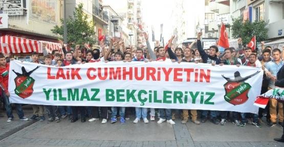 İzmir'de Onbinler Andımız'ı Okudu