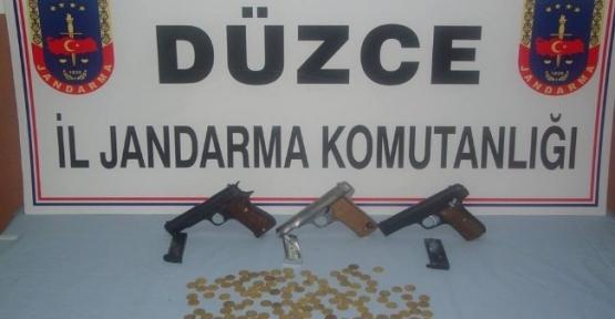 Jandarma Ekibi Kaçak Silah Ve Sikke Ele Geçirdi