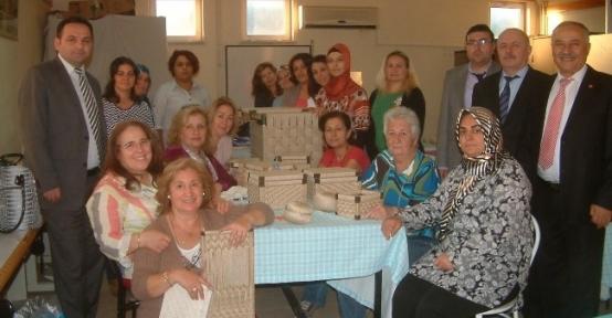 Kadınlar Hasır Örme Dolap Ve Kutular Yaptı