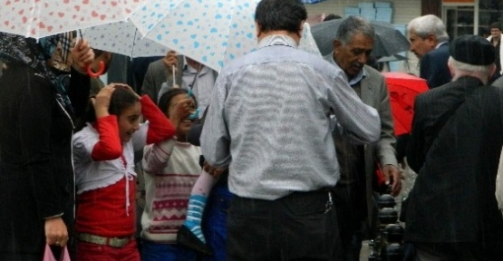 Sağanak Yağış Şemsiye Satıcılarına Yaradı