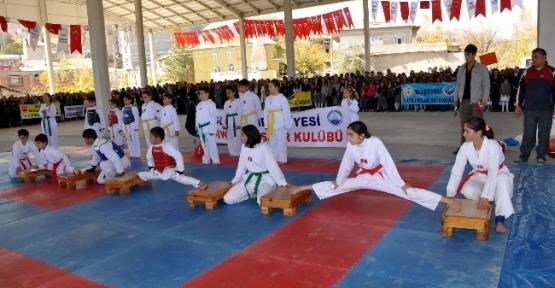 Suşehri'nde Cumhuriyet Bayramı Halk Pazarında Kutlandı